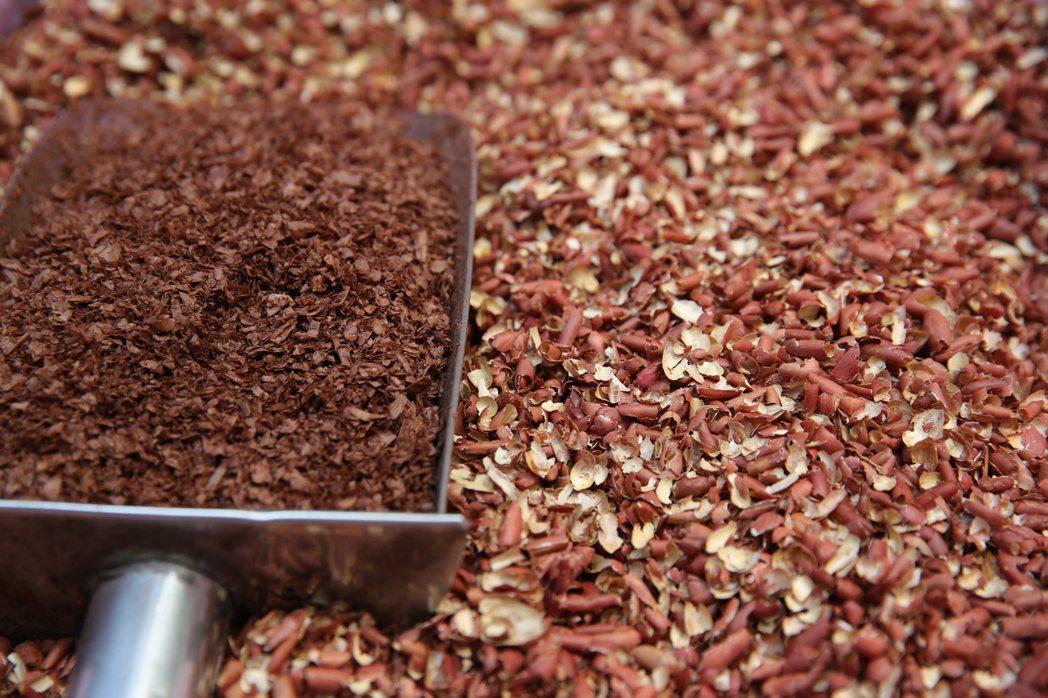 77乳加巧克力製程中的花生膜廢料。