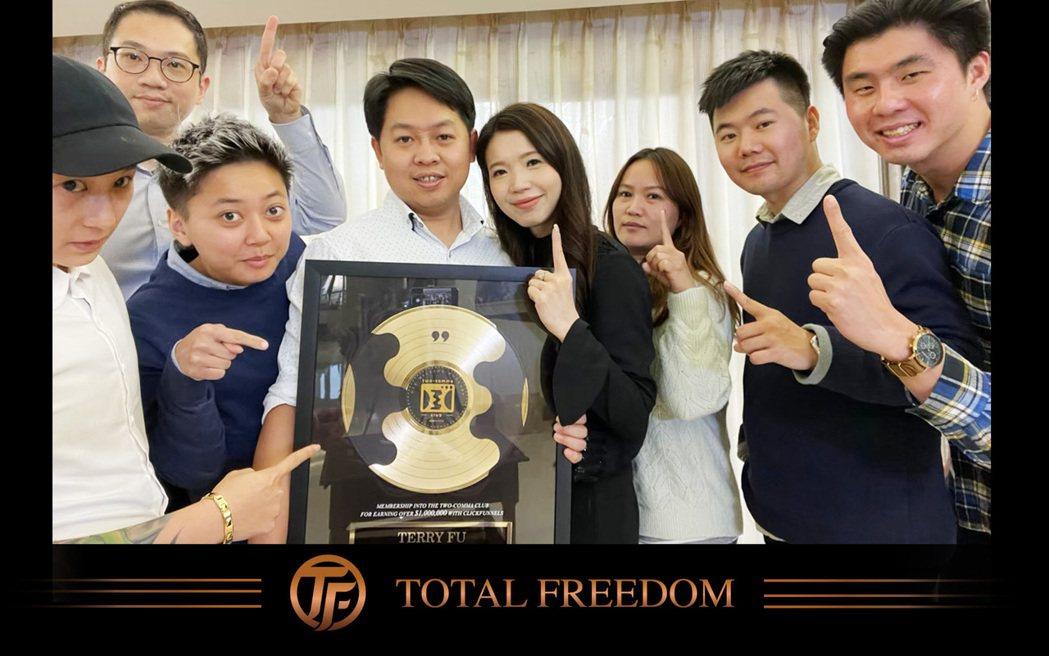 傅靖晏創建出一套網路行銷流程,而這套單一行銷流程破百萬美金營收,榮獲國外「2 C...