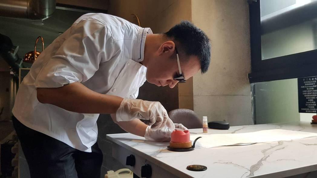 擁有藍帶甜點執照的視障甜點師李侑昌,帶墨鏡現場製作覆盆莓及玫瑰蛋糕,來祝福媽媽「...