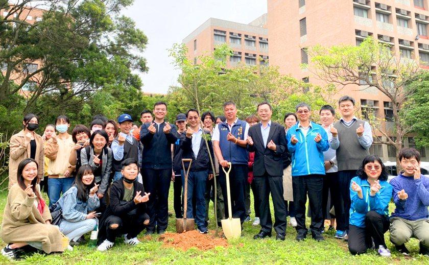 3棵光臘樹象徵中國科大產、官、學共同合作推動糞箕窩溪生態教育。 中國科大/提供