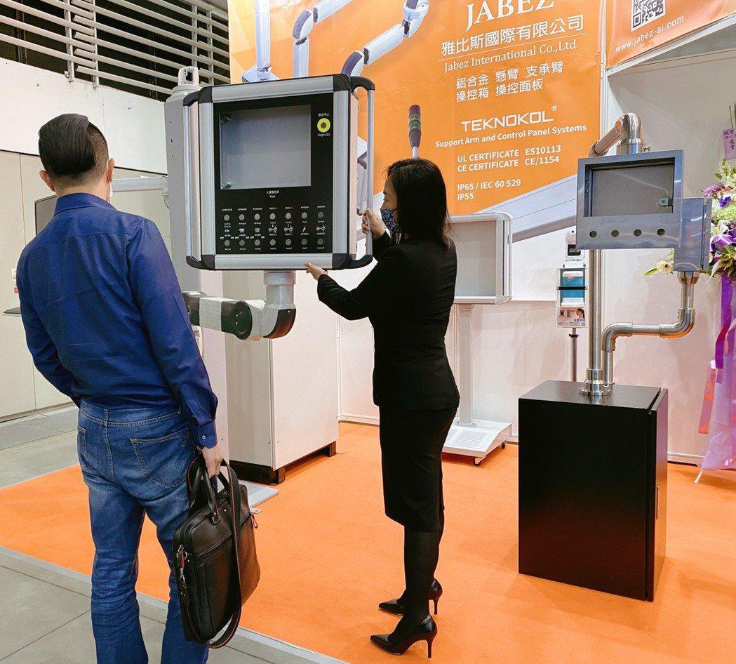 雅比斯展出新產品鋁合金升降懸臂、不銹鋼材質懸臂控制箱,會場詢問度高。 雅比斯/提...