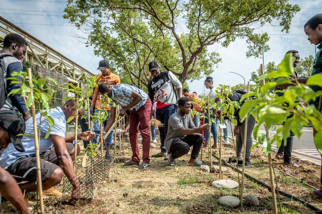 長榮大學選在世界地球日當天,舉行種樹活動。 長榮大學/提供。