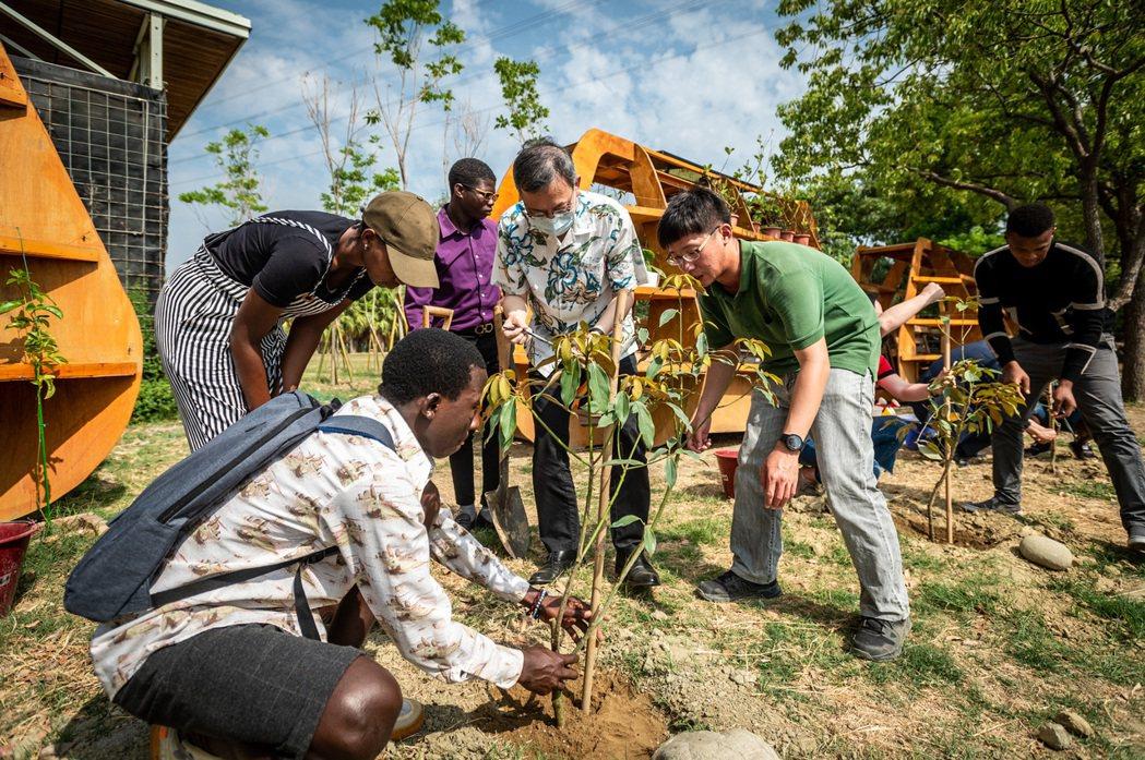 校長李泳龍(右三)與國際生一同植樹。 長榮大學/提供。
