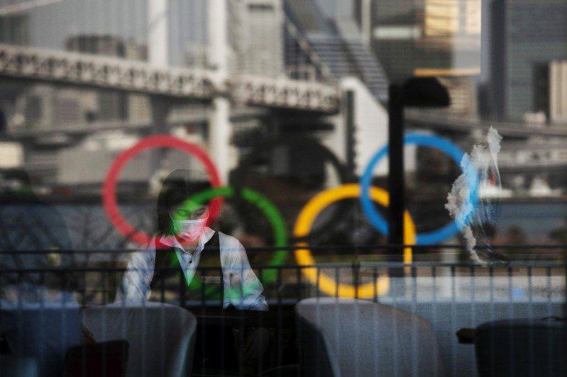 國際奧委會(IOC)21日宣布,在東京奧運會期間單膝下跪或舉起拳頭以支持種族平等將受到懲罰,繼續維持在體育場館、各項儀式和領獎台上禁止運動員抗議的規定。 美聯社