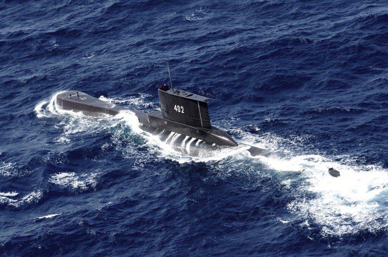 印尼海軍船艦今持續在峇里島外海搜尋1艘在軍演中失聯的潛艦,艦上有53人。印尼海軍表示,可能出事地點發現浮油,不排除艦身可能破損。美聯社