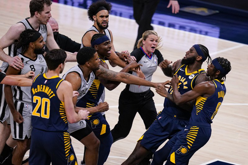 NBA馬刺對溜馬之戰爆發衝突,聯盟今天做出懲處,溜馬引戰的辛普森被禁賽1場,馬刺回擊的米爾斯、蓋伊分別被罰款2.5萬美元、2萬美元。 美聯社