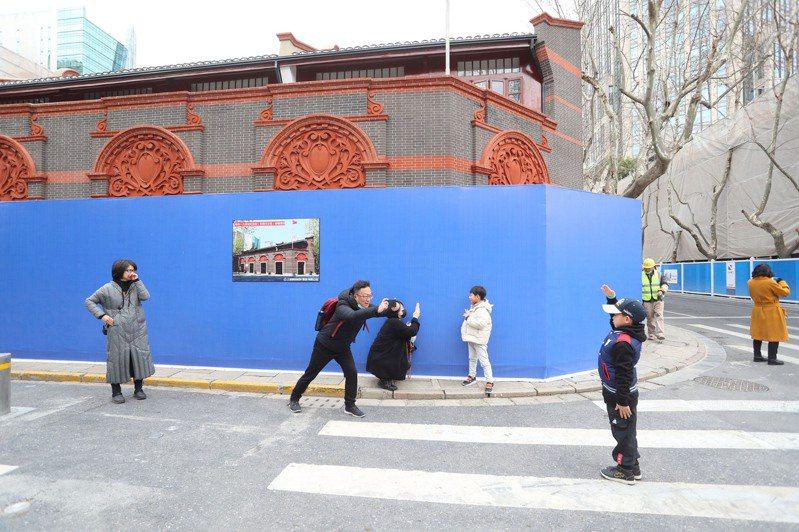 2021年是中共建黨百年。中共上海市委宣傳部長周慧琳22日在中共中央宣傳部「初心始發地,再創新奇蹟」記者會中說,黨史教育必須「入腦入心」。中共1921年成立於上海,圖為2月民眾在仍整修中的中共「一大」會址外留影。(中新社提供)
