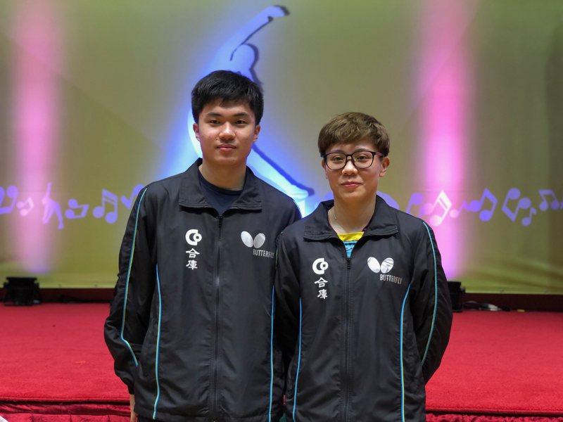 台灣桌球一哥林昀儒(左)與一姐鄭怡靜(右)組成「黃金混雙」,排名世界第一,林昀儒22日表示,為了防止近視才打桌球,遭戴眼鏡鄭怡靜吐槽是行銷手法。 中央社