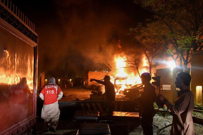 巴基斯坦的豪華飯店昨天發生爆炸案,官方公布的死亡人數增至5人。圖/路透社
