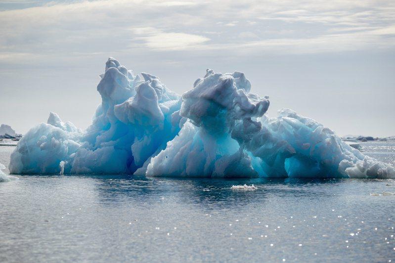 美國總統拜登廿二日將主辦氣候變遷領袖峰會,希望號召全球展開行動緩和地球升溫造成的極端氣候災難。圖為格陵蘭一處峽灣的浮冰,過去幾年北極區升溫,海冰消融狀況愈來愈嚴重。(路透)