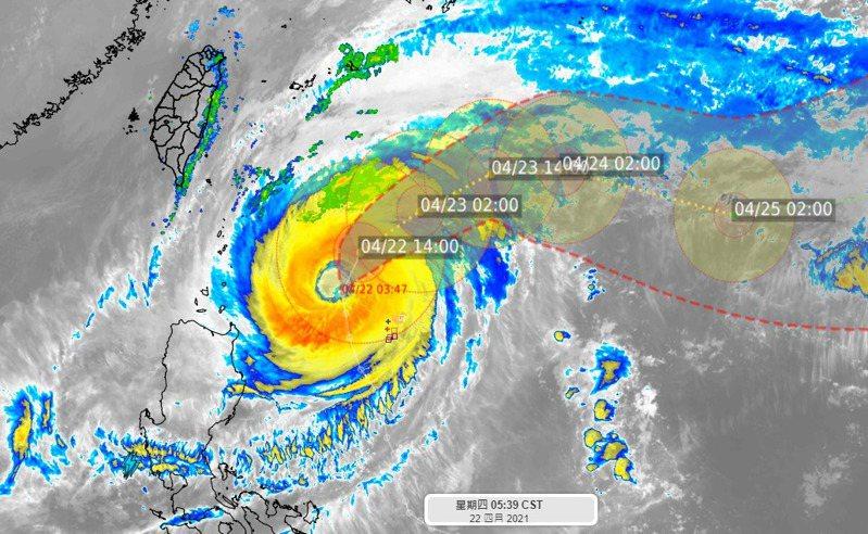 中度颱風舒力基目前位置在台灣南端的東南方約490公里處,七級暴風圈距離約270公里,將往東北方向前進。圖/取自臉書粉專「氣象達人彭啟明」