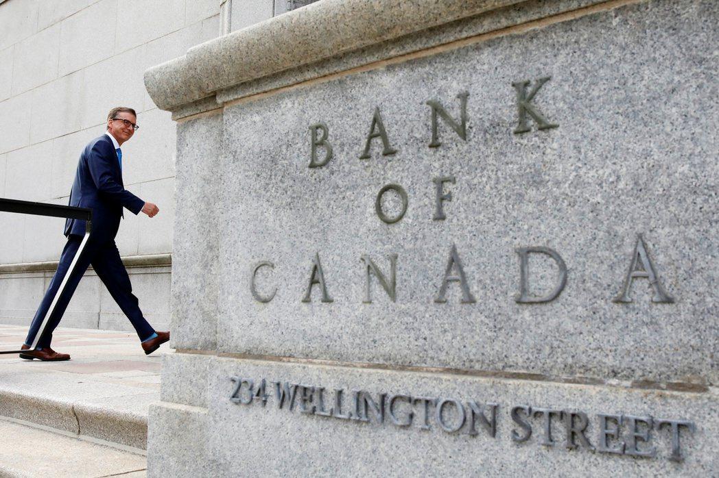 加拿大央行總裁裁馬克林(Tiff Macklem)步出央行大樓。(路透)