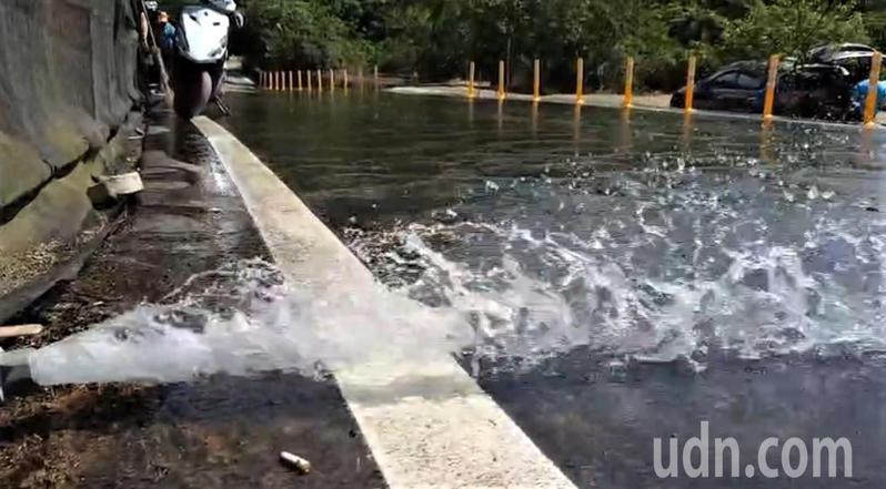 萬里山泉水終年不斷量大到洗馬路,中部缺水很羨慕。記者游明煌/攝影