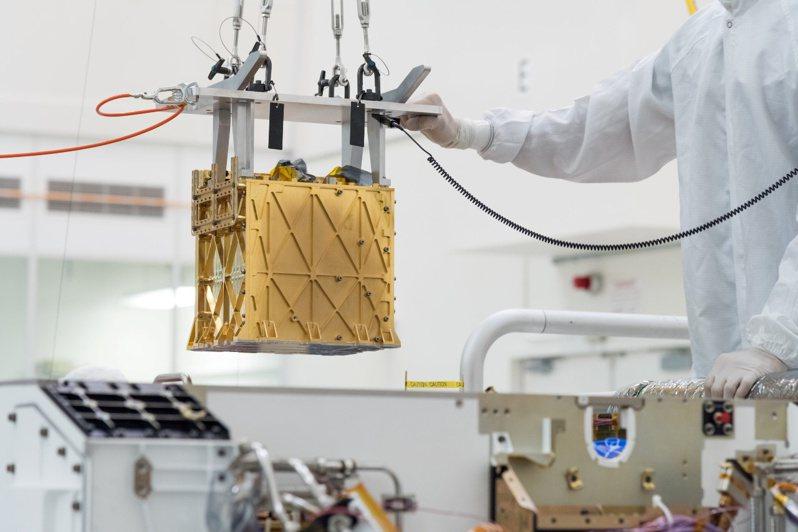 美國航太總署的毅力號再度創造歷史,根據官方21日的說法,這台6輪機器人將火星大氣中的一些二氧化碳成功轉化為氧氣,這是人類史上第一次在地球以外的行星上達成,創下新里程碑。美聯社