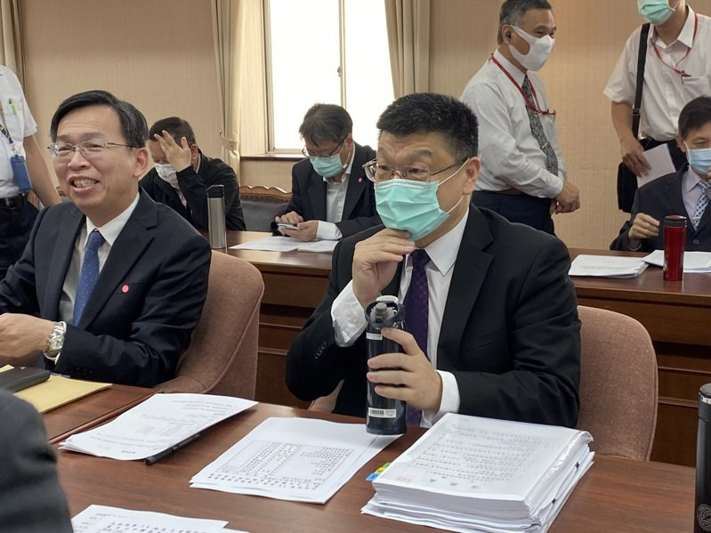 杜微(右)說,預計今年底會提報合理票價調整到交通部。記者曹悅華/攝影