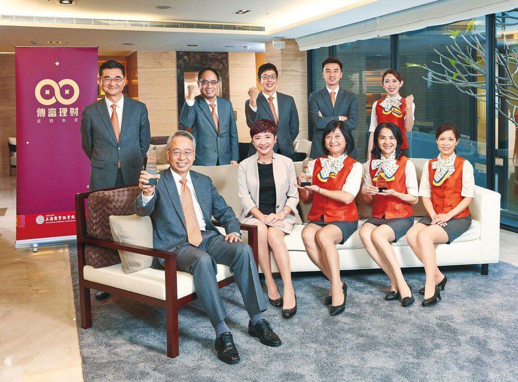 上海商銀總經理林志宏(前排左一),率領傳富理財菁英團隊。 上海銀/提供