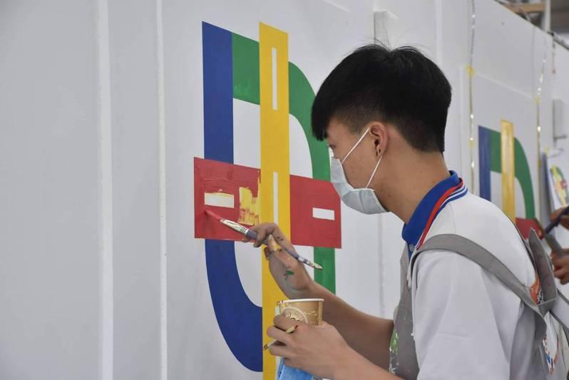 葉俊祥國三開始接觸並愛上漆作,日前他首次參加勞動部勞動力發展署舉辦的全國技能競賽北區分賽就奪得金牌。圖/勞動部勞動力發展署桃竹苗分署提供