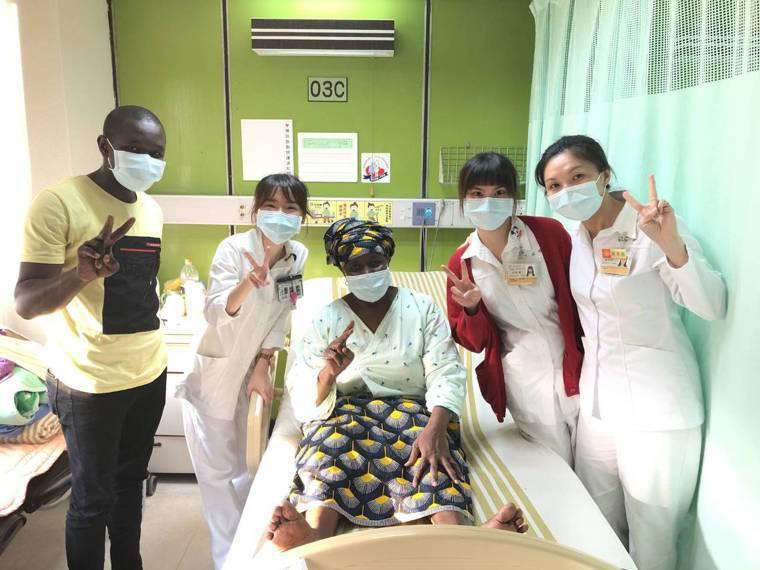 傑先生(左一)與傑媽媽(左三)與長庚照護團隊。圖/長庚醫院提供