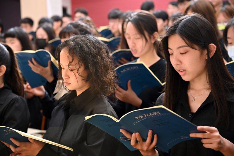 國立清華大學音樂系管弦樂團及合唱團150名師生將於5月1日首度前進高雄衛武營演出,近日加緊練習。圖/清大提供