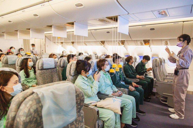 長榮航空空服體驗營2.0學員可進入緊急逃生訓練艙演練遭遇亂流或客艙失壓等情節。 圖/長榮航空提供