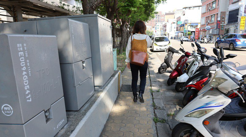 竹北市文田街及仁愛國中周邊人行步道,將改善舊有人行道鋪面等。記者陳斯穎/攝影