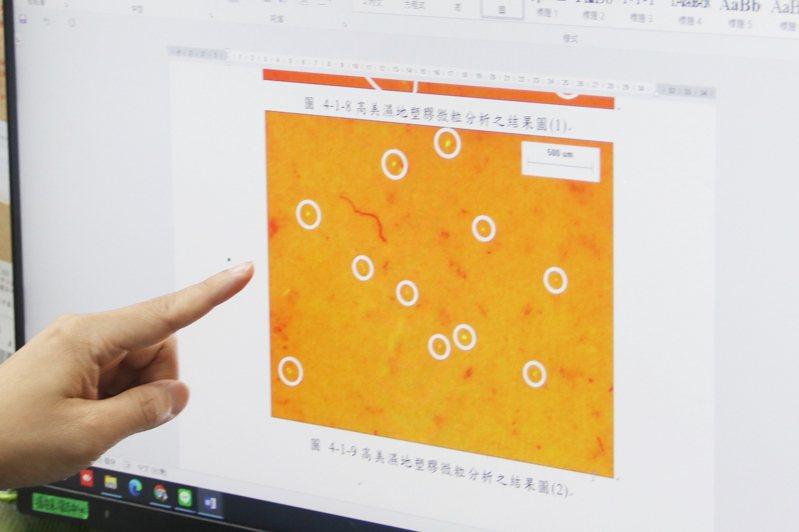 弘光科技大學環安系副教授溫志中檢驗發現高美濕地含塑膠微粒。圖/弘光科大提供