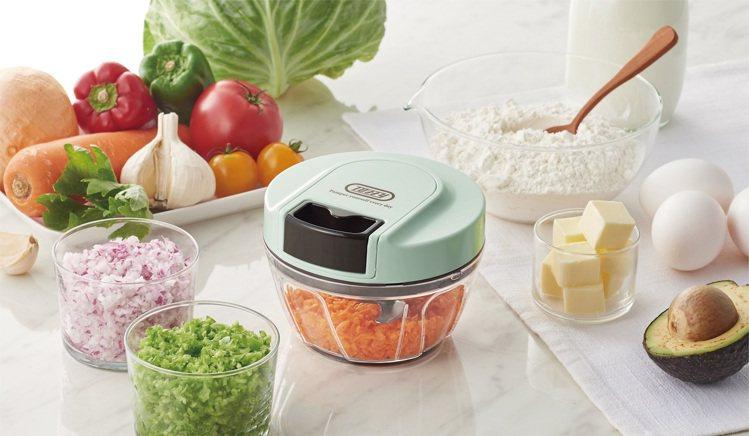 手拉式迷你切菜攪拌器,內附三枚刀刃、攪拌器兩種配件,可輕鬆切碎食材或將不同食材完...