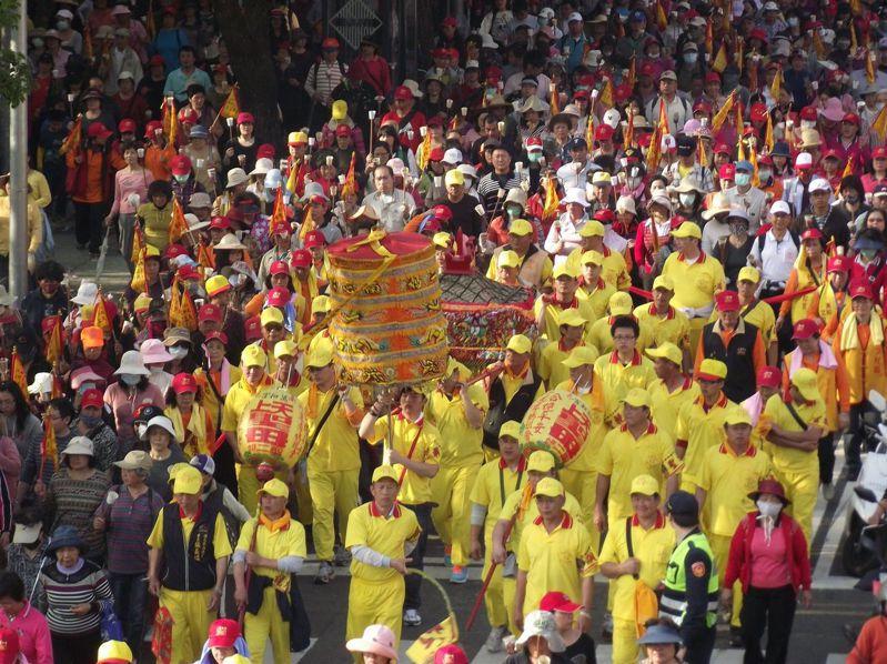 台中市南屯萬和宮有著三年一度的老二媽「媽祖」西屯省親遶境的地方盛事,圖為2012年遶境時盛況。圖/本報資料照片、趙容萱攝影