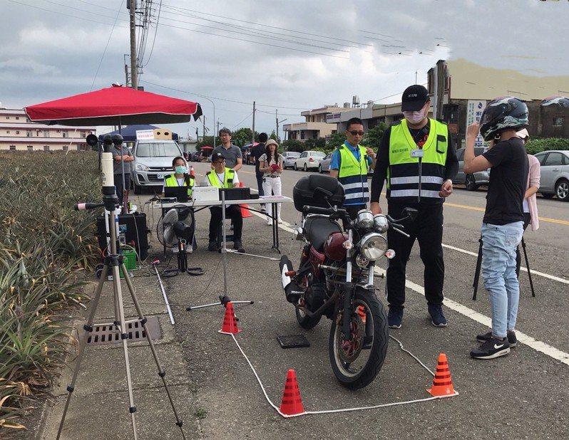 南投縣環保局祭出測噪照相,被拍照的車輛需進一步檢測噪音值。圖/南投縣環保局提供