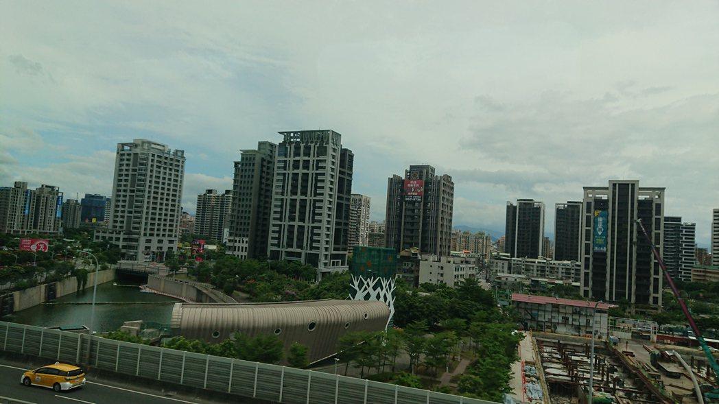 據住展雜誌最新統計,今年首季北台灣線上銷售中的建案數量為1,422個,比2020...