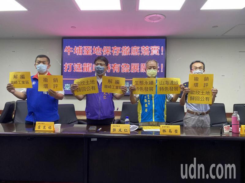 有地表最強寫長封號的陳永和(圖右)今天出面批評立委王定宇。記者修瑞瑩/攝影