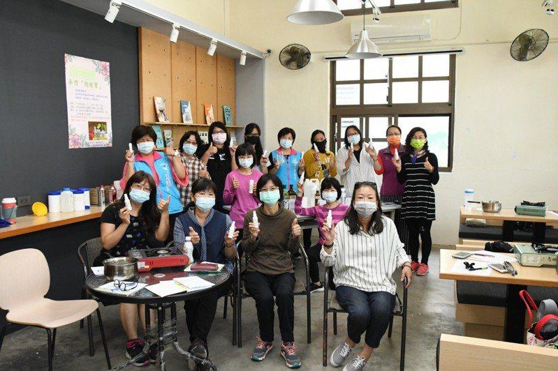 吉安鄉公所舉辦「防蚊寶」天然植物精油防蚊液(膏)研習手作課程,吸引民眾參與。圖/吉安鄉公所提供