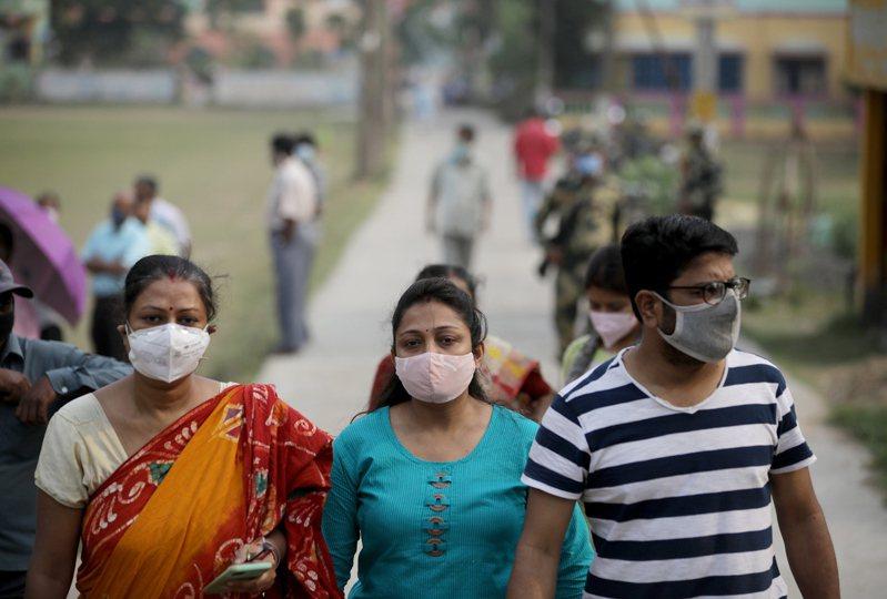 印度新增新冠肺炎確診人數在22日超過30萬人,為全球最多。歐新社