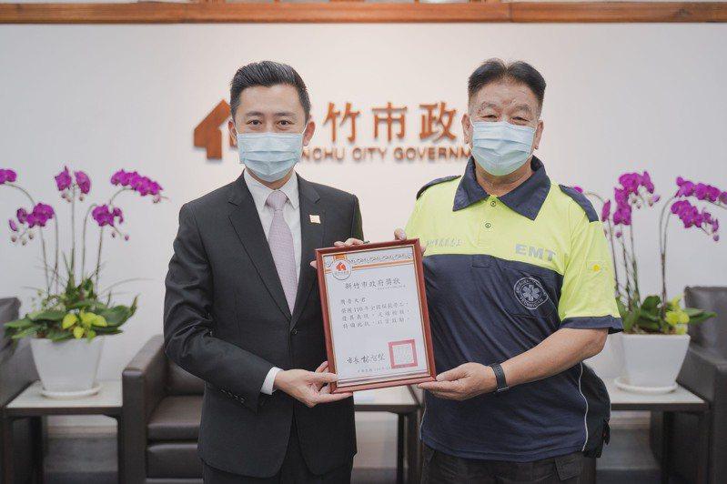 新竹市長林智堅表揚全國模範勞工周普天。圖/新竹市政府提供