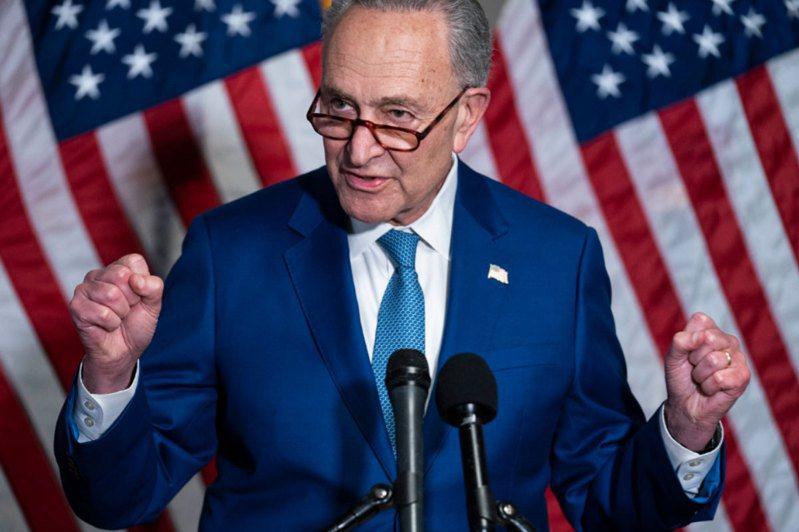 參議院外交委員會22日凌晨通過由跨黨派參議員所提出「戰略競爭法案」,圖為美國參議院民主黨領袖舒默。法新社