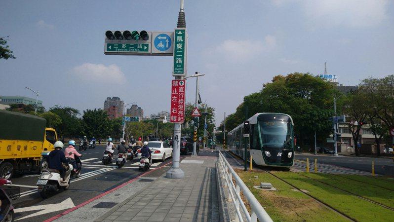 高雄市交通局優化輕軌東臨港線沿線5處路口號誌燈號,取消圓形綠燈調整為箭頭綠燈顯示「直行、左轉、右轉」。圖/高雄市交通局提供