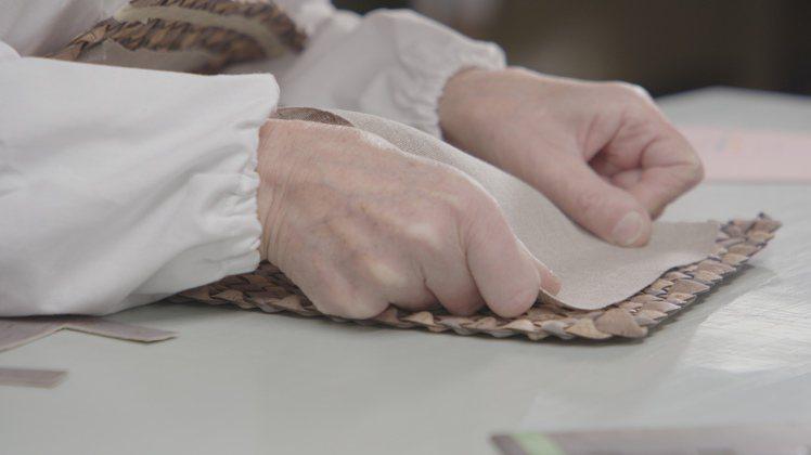 包款的襯裡則採用天然、可生物降解的亞麻,拉鏈內帶和縫線均由100%可回收、經過認...
