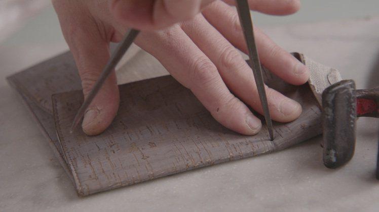 Earth Top Handle包選用水松木(軟木塞)製作而成,力求使整體外型與...