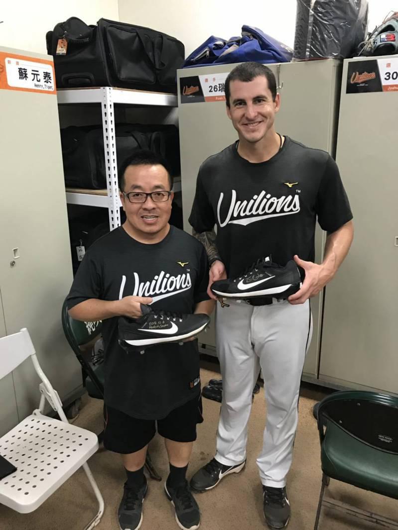 瑞安(右)投出完全比賽後,把釘鞋送給蘇元泰。圖/蘇元泰提供