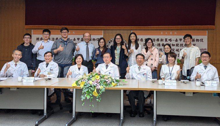 前排左起為台大醫院內科部主治醫師黃泰中、台大醫院醫學研究部主任楊偉勛、內科部醫師...