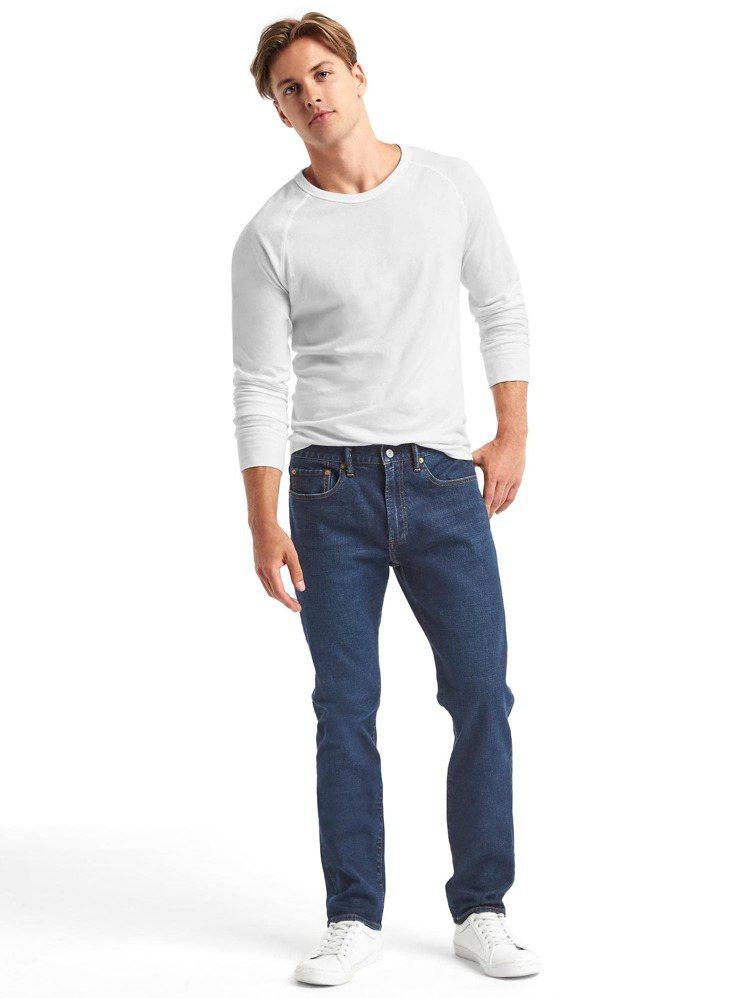 Gap舒適刺繡鬆緊牛仔長褲1,499元。圖/Gap提供