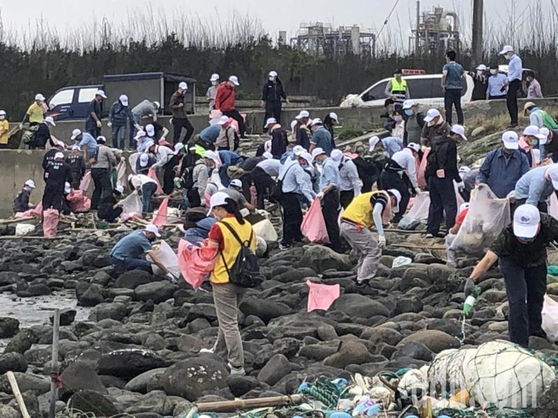 六輕員工和協力廠商發動兩百多人展開盛大的淨灘,以維護濁水溪出海口的生態。記者蔡維斌/攝影