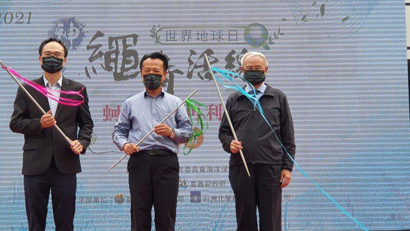 台化副董事長洪福源(右起),嘉義縣長翁章梁和海洋委員會副主委蔡清標宣布三方合作,利用回收蚵繩再製成再生尼龍料。圖/記者曾仁凱攝影