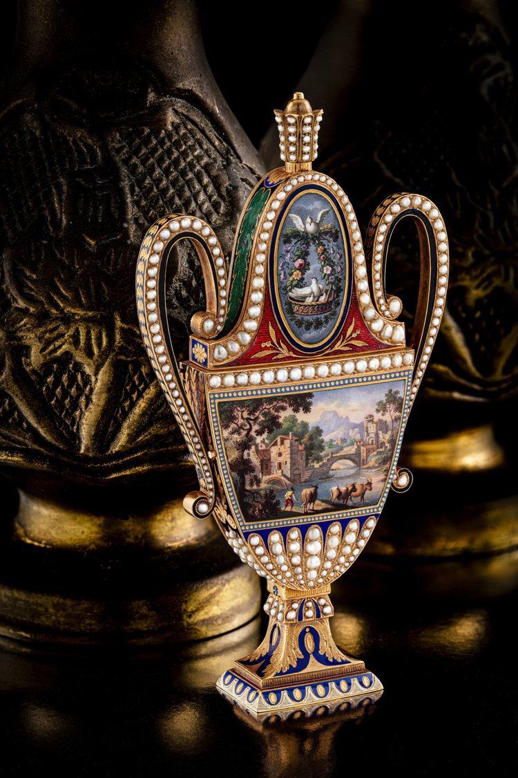 佳士得首場鐘表晚間拍賣「驚世傳奇」呈獻18K黃金琺瑯彩繪鑲珍珠雙耳細頸瓶,配時鐘...