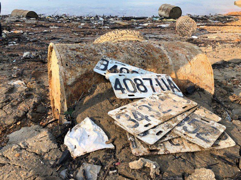 日月潭可以撿回落水的iPhone手機,更有人撿到7、8塊丟棄的車牌,警方表示,這些車牌有可能是俗稱「刣肉」或「借屍還魂」的贓車車牌。圖/讀者提供