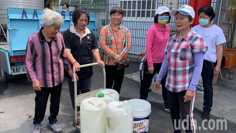 雲林斗六檨仔坑社區「無水日」,民眾雖有儲水可用,但必須思考怎麼使用這些有限水量度過一天。記者陳苡葳/攝影