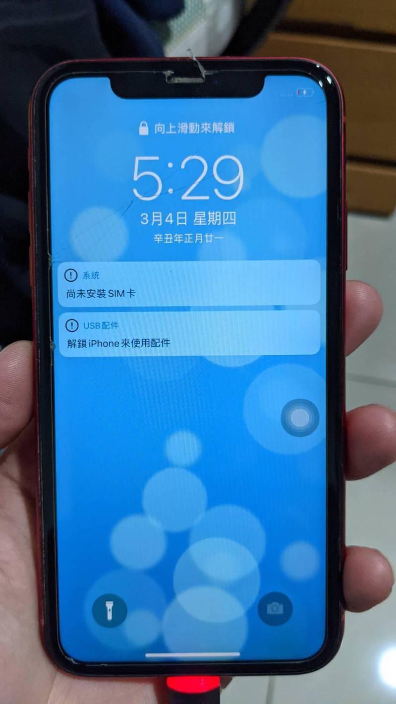 日前一名陳姓消防隊員在日月潭水社碼頭附近發現一支iPhone手機,撿起清理後手機竟然可以充電開機,並找到失主。圖/讀者提供