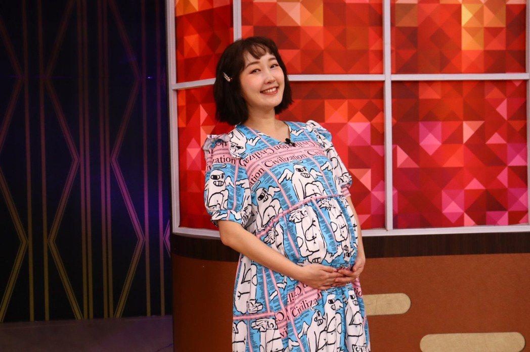 巴鈺挺7月孕肚主持衛視「一袋女王」。圖/衛視提供