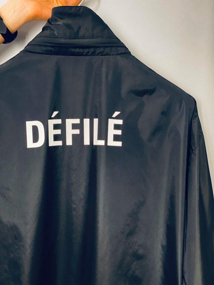 胸前寫著Balenciaga、背後印有法文「Défilé」(時裝秀)的黑色長夾克...