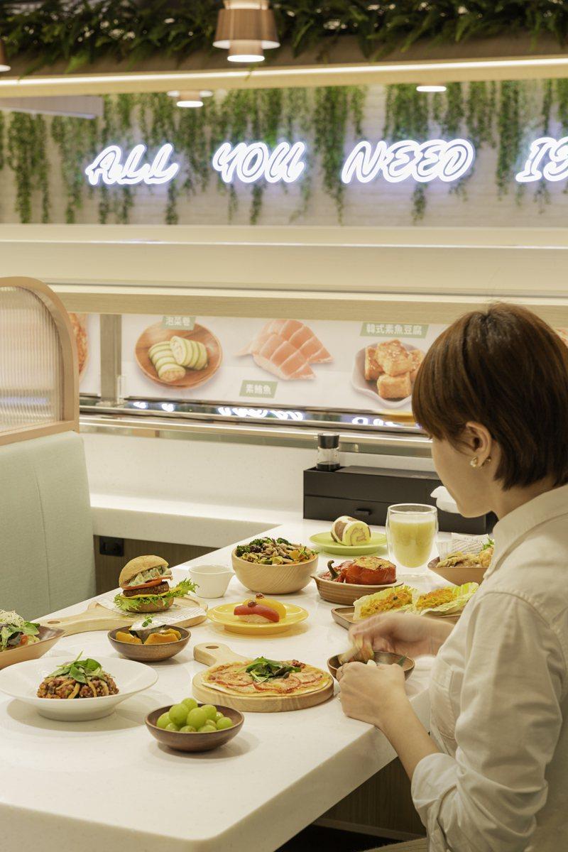 店內透過雙層迴轉台合併智慧點餐,提供便捷的點餐體驗。圖/爭鮮提供